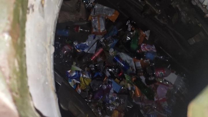 Фантики и пустые бутылки: на Ямале танк на Площади Победы превратили в мусорку