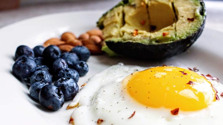 """Название """"кетогенная диета"""" применяют к диетам с очень низким содержанием углеводов, умеренным содержанием белка и высоким содержанием жиров."""
