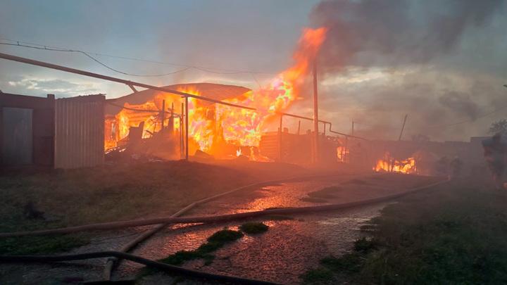 От удара молнии в Башкирии сгорели два жилых дома и дворовые постройки