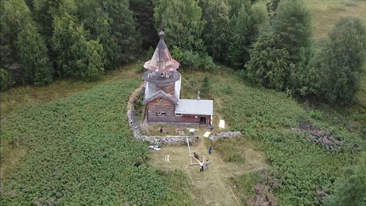 В Карелии волонтеры ведут работы по консервации деревянной часовни XVII века