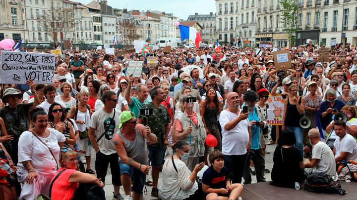 Франция: сбой с санитарными пропусками и шествия против них