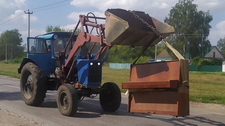 В ковше трактора: старое пианино путешествовало по липецкому селу
