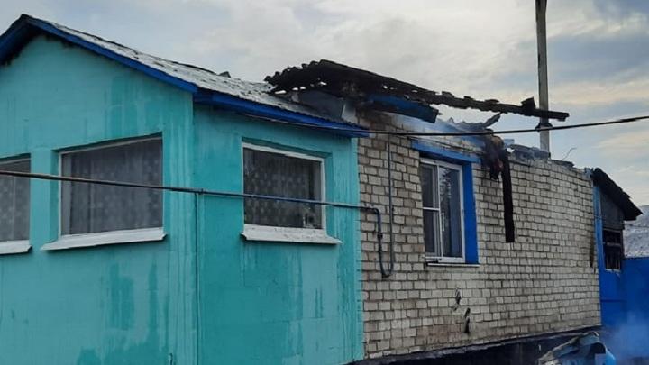 После удара молнии в Липецкой области загорелся дом