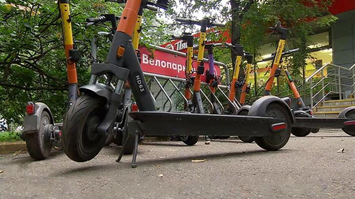 Двое подростков на электросамокате попали под колеса легкового автомобиля в Уфе
