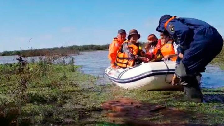 Дальневосточным школьникам помогли добраться до школ на лодках