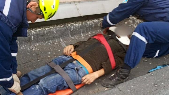 В Челябинской области пенсионер выпал из окна пятого этажа и остался жив