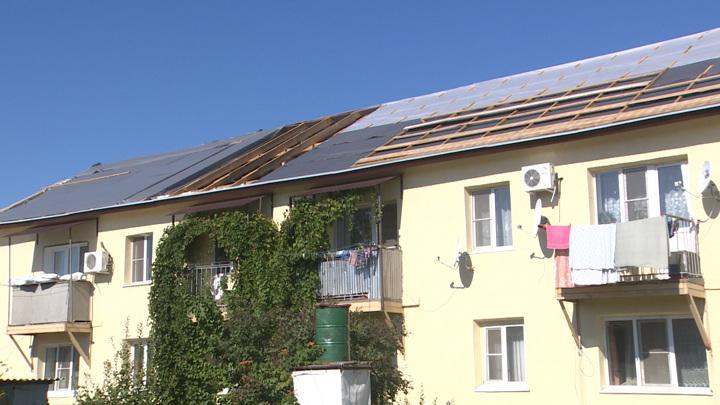 В Иловле жильцы дома ждут, когда им восстановят унесенную ветром крышу