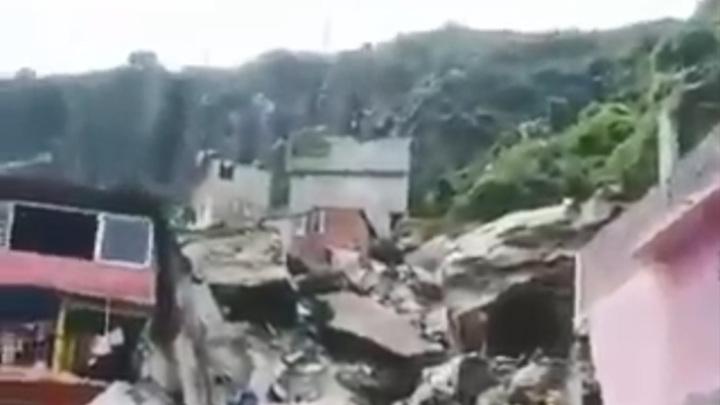 В Мексике огромная скала обрушилась на жилые дома