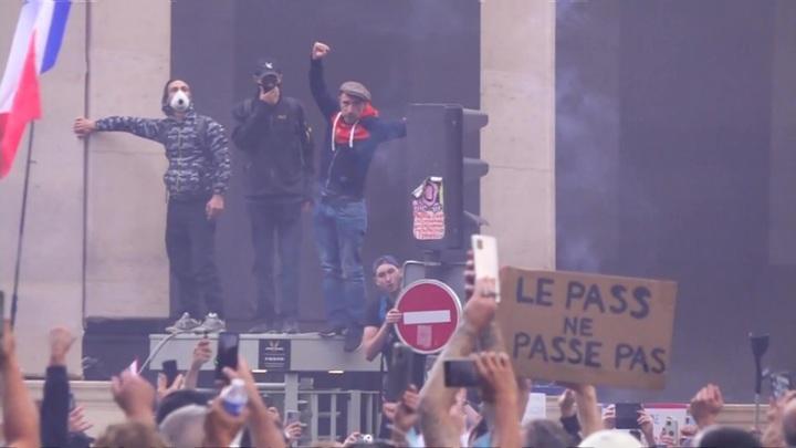 Около 70 человек задержаны на акции протеста против санитарных пропусков в Париже