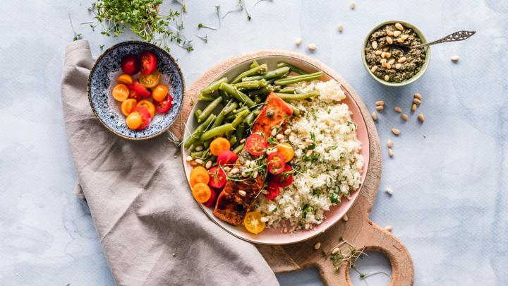 Сбалансированная низкоуглеводная диета способна нормализовать уровень сахара в крови человека.