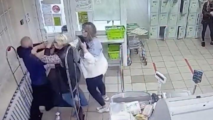 Схватка за водку, похищенную рецидивистом, попала на видео