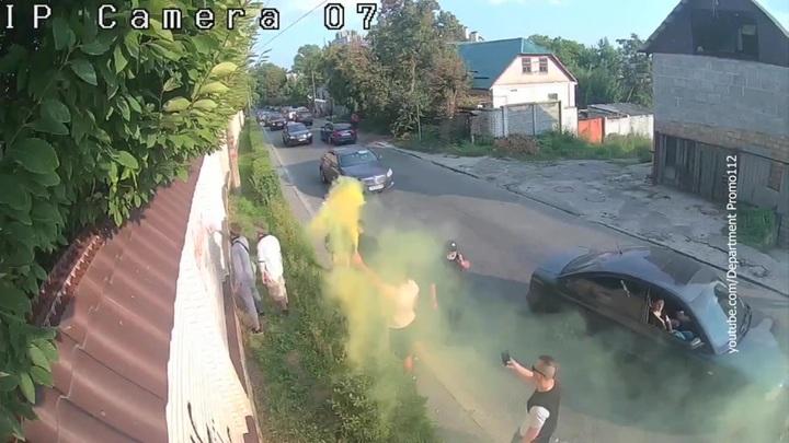 На Украине радикалы забросали файерами дом Виктора Медведчука