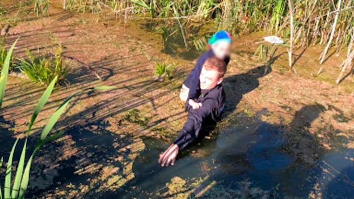 Курский полицейский нашел пропавшего мальчика и вытащил его из болота