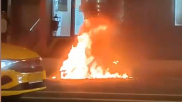 В центре Москвы мотоцикл загорелся на проезжей части после ДТП
