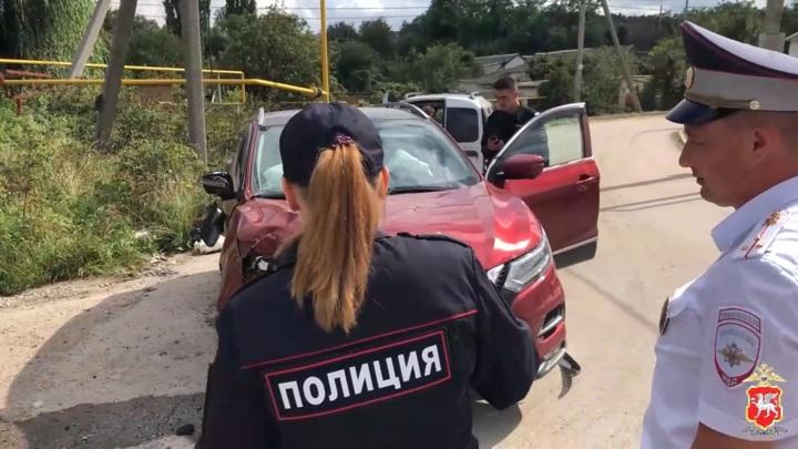 Пьяный крымчанин без прав во время погони разбил угнанный у матери кроссовер