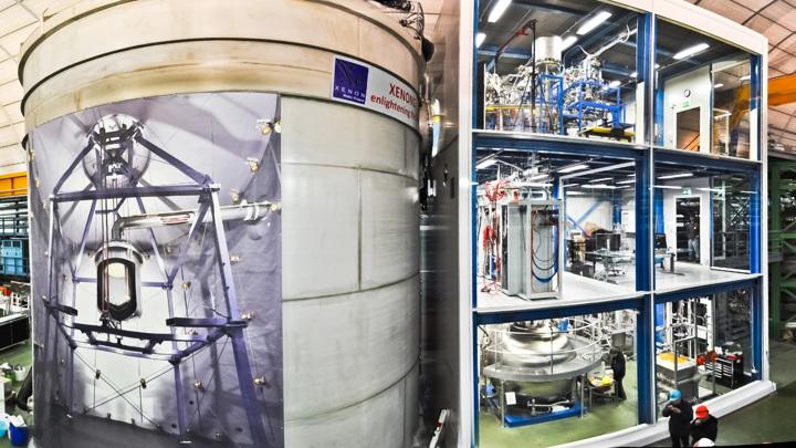 Помещение, где проходил эксперимент. Слева - резервуар с жидким ксеноном, справа - трёхэтажное служебное здание.