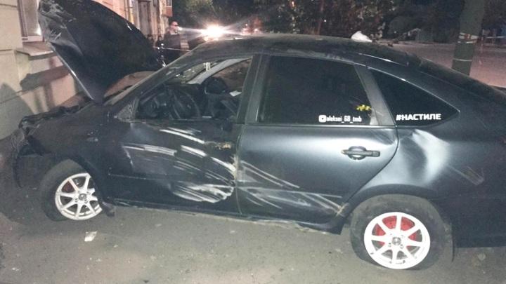 На Гастелло двое подростков на тратуаре попали под колеса машины