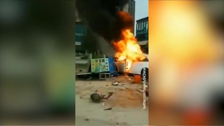 В Китае автомобиль влетел в торговую палатку, погибли 6 человек