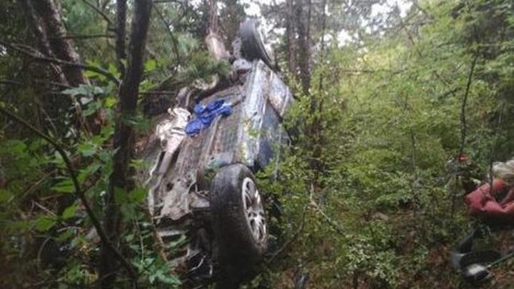В упавшей с обрыва в Крыму машине находились подросток и беременная женщина