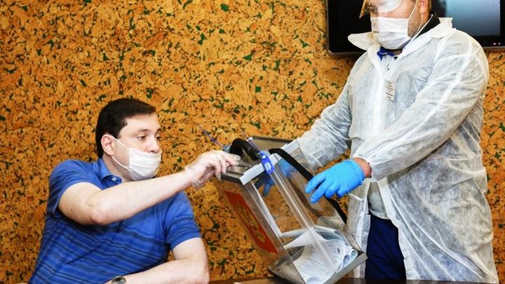 После операции. Глава Смоленской области проголосовал на выборах Госдумы из дома