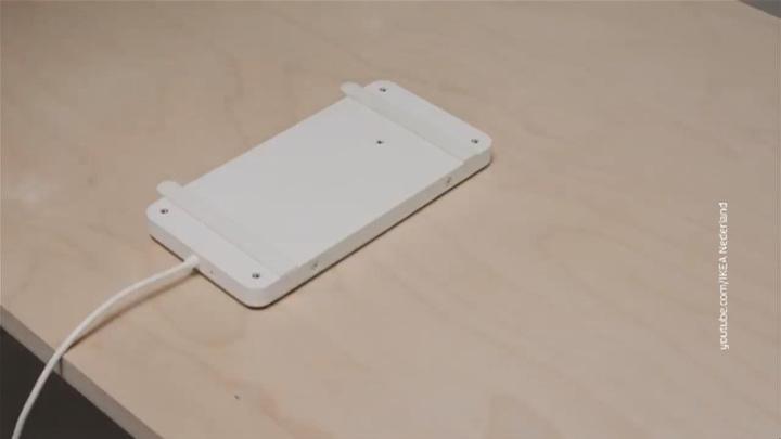 Ikea представила беспроводное устройство для зарядки сквозь стол