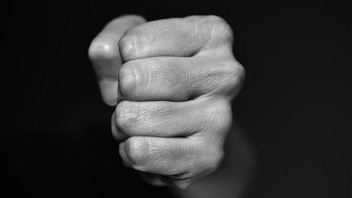 В Самаре мужчина избил подростка и потребовал от него деньги