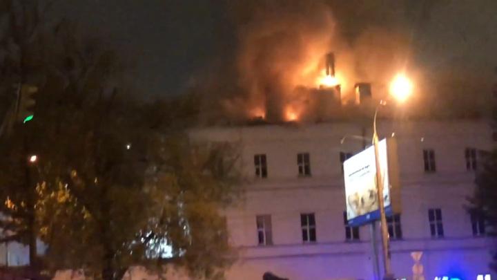 Площадь пожара в московском общежитии снова увеличилась, тушение затруднено