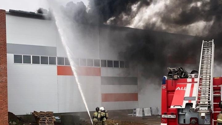 Четырех человек сняли с крыши горящего здания в Нижнекамске