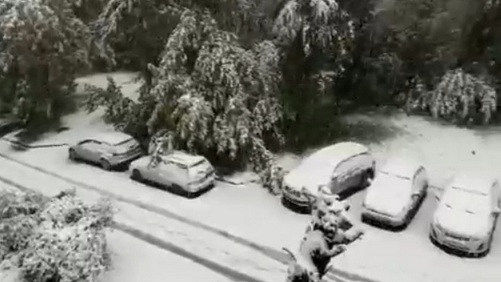В Кузбассе из-за прошедшего снегопада нарушены движение транспорта и подача электричества