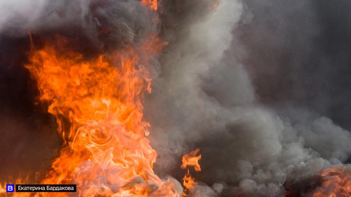 В Томске при пожаре в металлическом ангаре эвакуировали 6 газовых баллонов