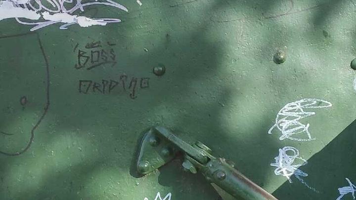 Вандалы разрисовали танк и пушки возле музея Победы в Иркутской области