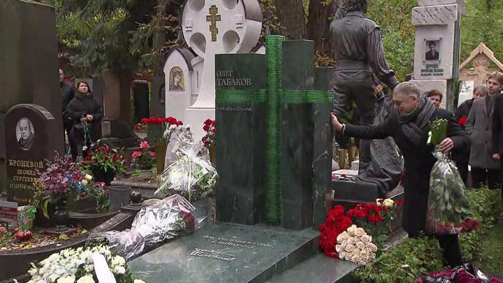 На могиле Олега Табакова установили стеклянный крест
