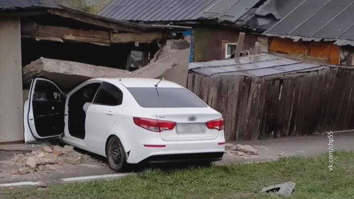 """""""Новое окно"""": в Омске автомобиль снес стену жилого дома"""