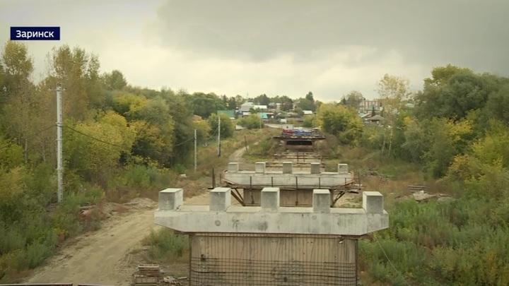 Жителям Заринска обещают завершить ремонт моста только через год