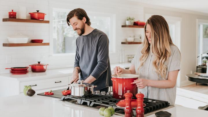 """Супружеские пары разделяют как полезные, так и вредные привычки, и со временем это отражается на состоянии их """"семейного"""" здоровья."""