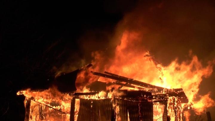 Несколько жилых домов горят в селе Пахачи на севере Камчатского края