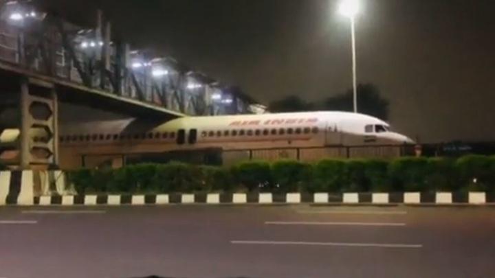 Пассажирский самолет застрял под мостом в Индии