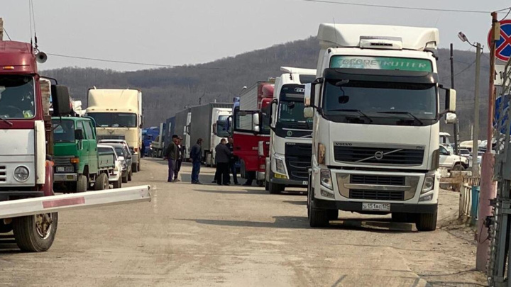 В Приморье на границе с водителей собирали по 200 тысяч за проезд
