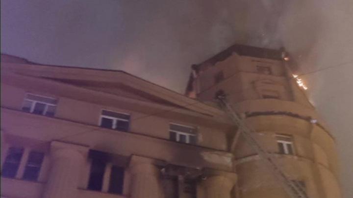 В историческом центре Петербурга загорелся жилой дом