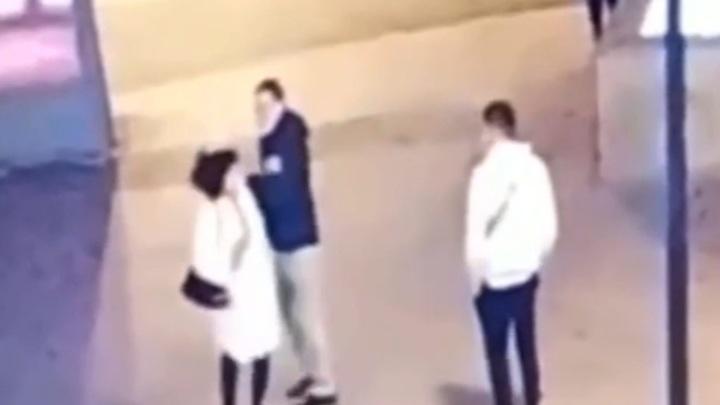 Камеры сняли гибель девушки под колесами электробуса в центре Москвы