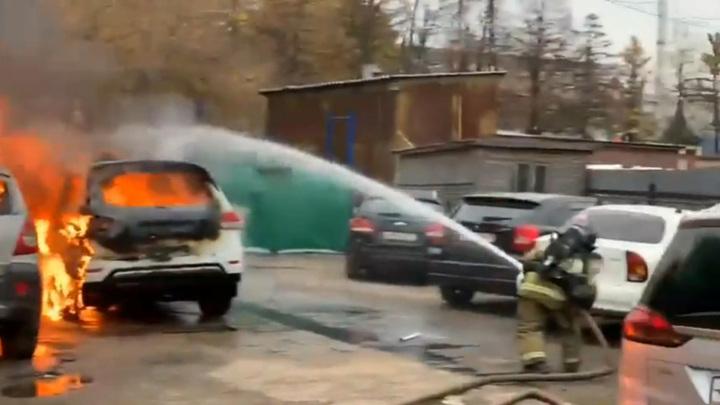 Во время пожара на московском складе сгорели автомобили. Видео