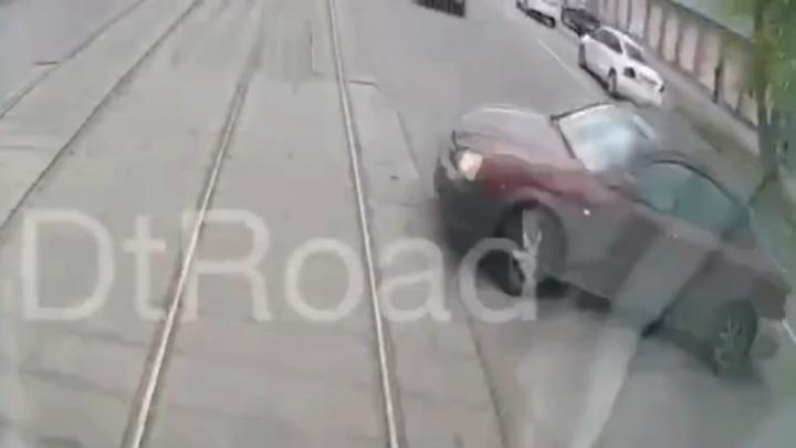 Легковушка столкнулась с трамваем в Москве и парализовала движение. Видео