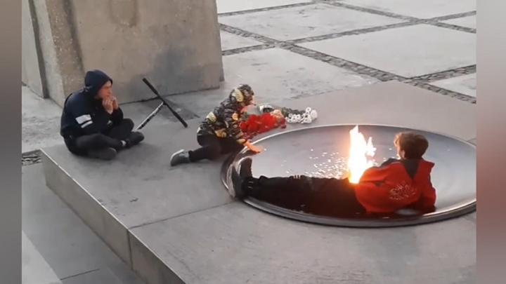 В Новосибирске дети устроили пикник с вейпом у Вечного огня