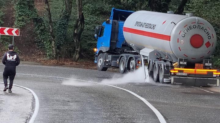 Может случиться взрыв: в Сочи произошло ДТП с газовозом