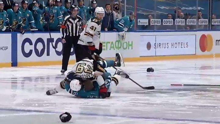Хоккеисты из КХЛ массово подрались, едва начался матч. Видео