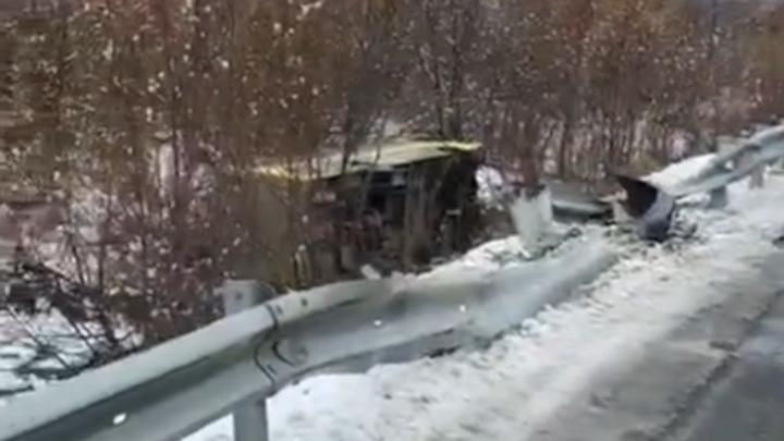 Водитель, устроивший аварию с автобусом на Сахалине, сбежал с места ДТП