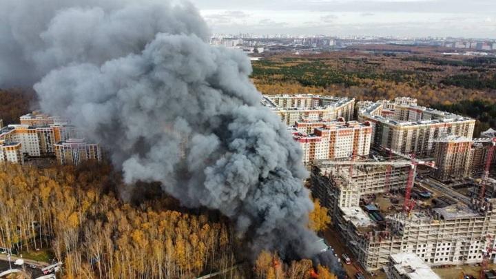 Огонь вспыхнул у жилого комплекса на юго-западе Москвы