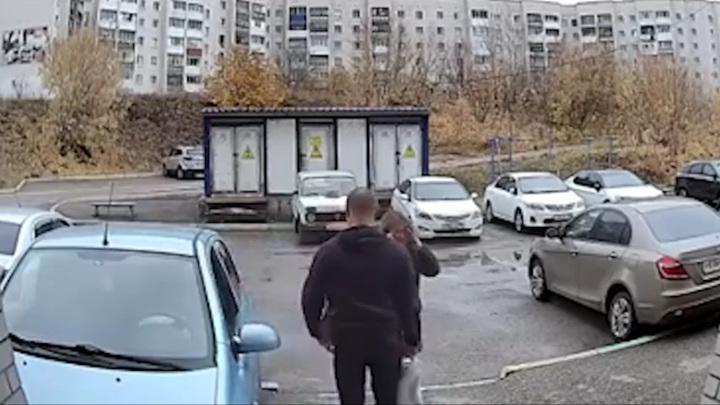 В Башкирии женщина уничтожила автомобиль, паркуясь во дворе. Видео