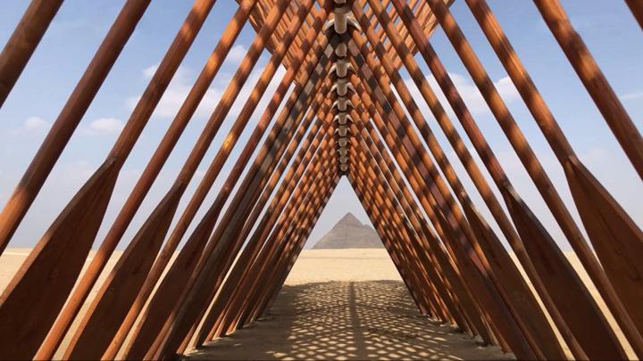 """На платоГиза у подножия пирамид открылась выставка """"Вечность существует сейчас"""""""