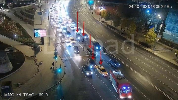 В центре Москвы образовался затор из-за столкновения нескольких машин
